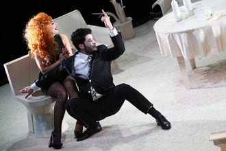 Ирина Пегова и Армен Арушанян в сцене из спектакля «Пьяные» по пьесе Ивана Вырыпаева
