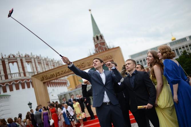 Выпускники фотографируются на территории Государственного Кремлевского дворца
