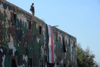 Сирийцы в центре подготовки ополчения в пригороде Дамаска