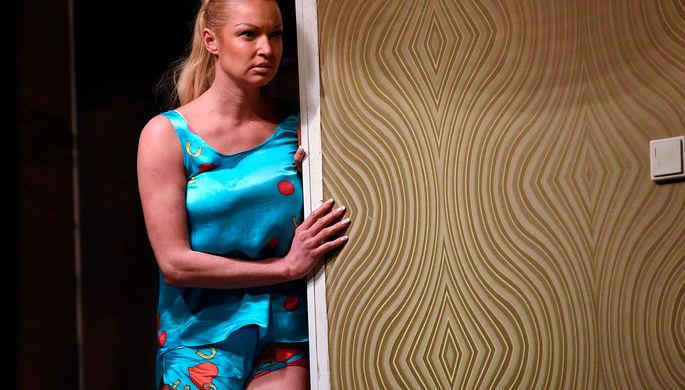 Анастасия Волочкова в сцене из спектакля Иосифа Райхельгауза «Пришел мужчина к женщине» по пьесе Семена Золотникова в театре «Школа современной пьесы»