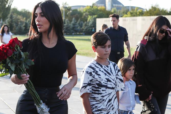 Ким Кардашян с сестрой Кортни Кардашян и старшими племянниками Мейсоном и Пенелопой во время посещения мемориального комплекса Цицернакаберд, посвященного жертвам Геноцида армян 1915 года в Ереване, октябрь 2019 года
