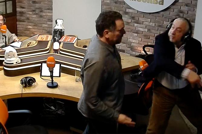 Журналисты Максим Шевченко и Николай Сванидзе во время драки в прямом эфире на радиостанции «Комсомольская правда», 30 января 2018 года