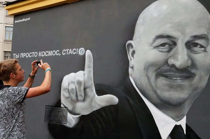 Граффити с изображением главного тренера сборной России по футболу Станислава Черчесова в Санкт-Петербурге, 21 июня 2018 года