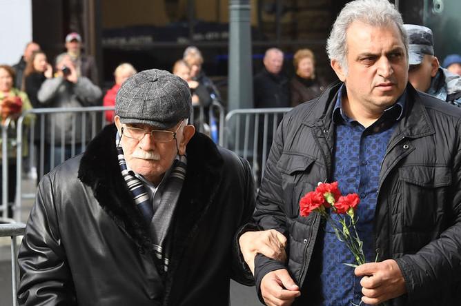 Художественный руководитель Московского драматического театра, актер Армен Джигарханян (слева) у здания театра «Ленком», где проходит церемония прощания с режиссером Марком Захаровым, 1 октября 2019 года