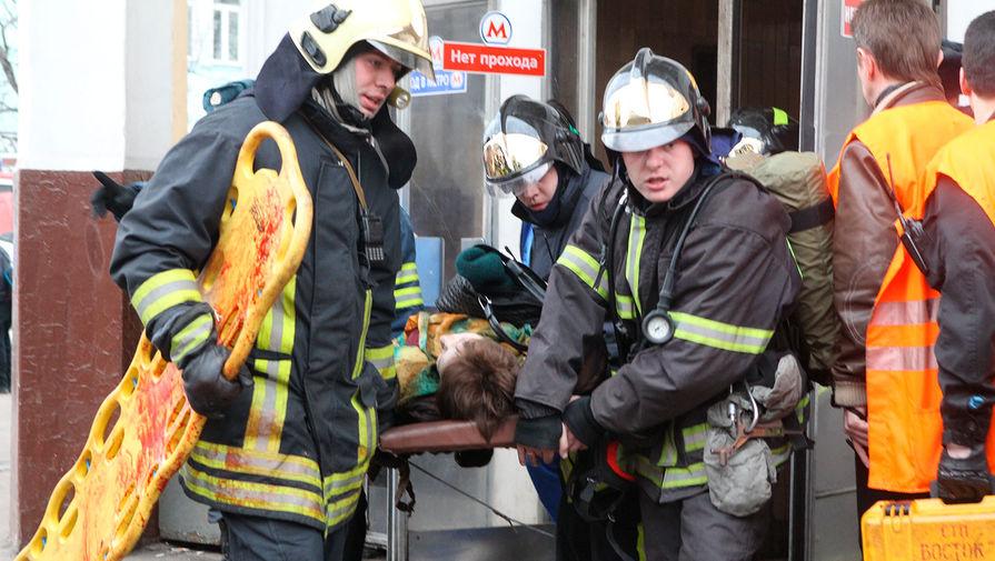 Пожарные выносят пострадавшего в результате взрыва на станции метро «Парк культуры (радиальная)», 29 марта 2010 года