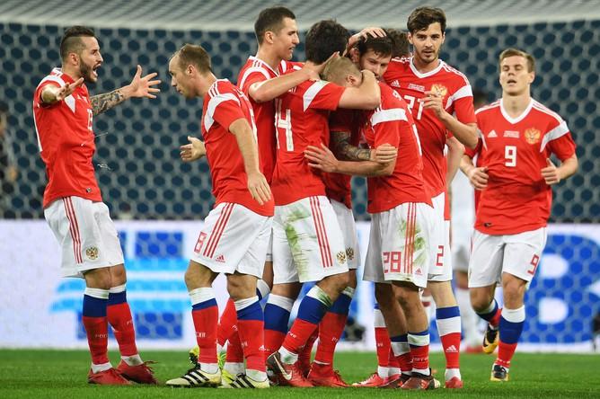 Игроки сборной России радуются забитому мячу в товарищеском матче между сборными командами России и Испании