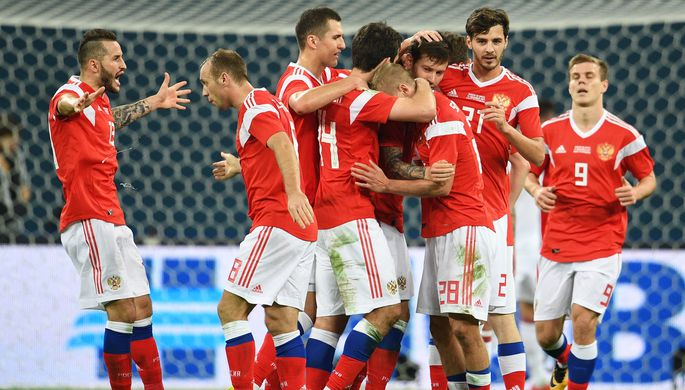 Игроки сборной России радуются забитому мячу в товарищеском матче между сборными командами России и...