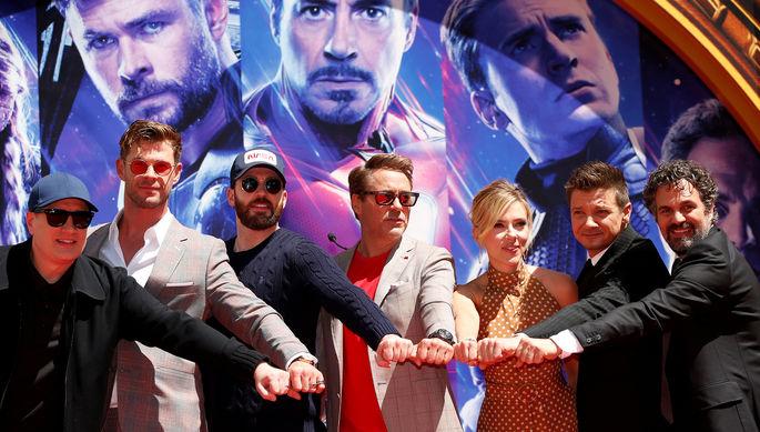 Кевин Файги с актерами из фильма «Мстители», 2019 год