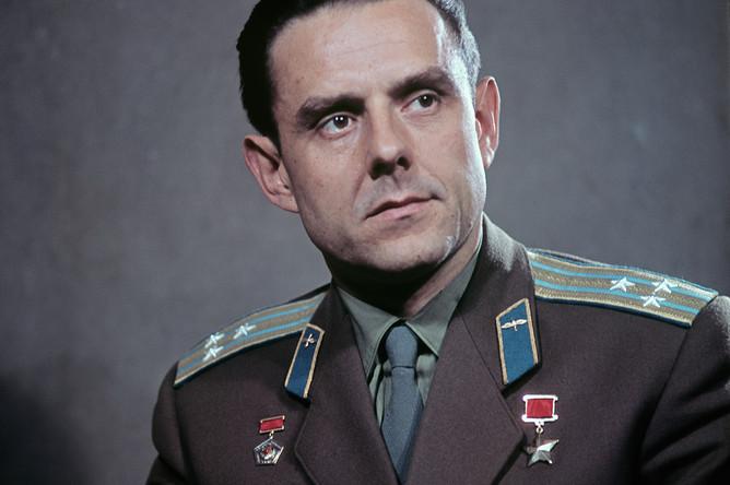 Владимир Михайлович Комаров, летчик-космонавт СССР, инженер-полковник, 1964 год