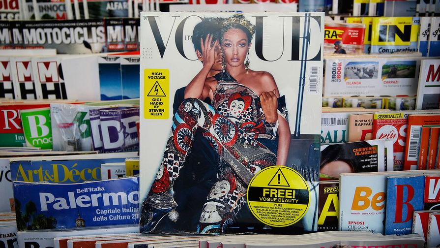 Модель Джиджи Хадид на обложке майского номера итальянского Vogue на витрине в Милане, 4 мая 2018...