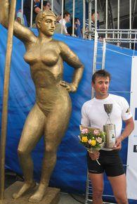 Победитель регаты Денис Клешнёв на фоне «Девушки с веслом»