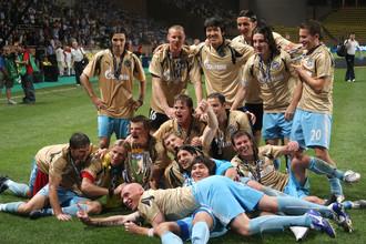 Футболисты «Зенита» празднуют на поле победу над «Манчестер Юнайтед»