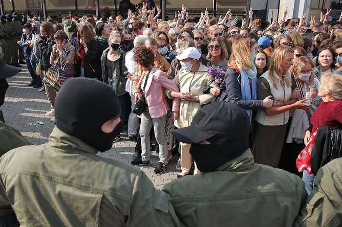 «Женский марш» на площади Свободы в Минске, 12 сентября 2020 года