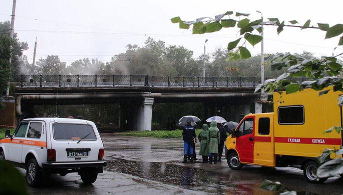 Сотрудники правоохранительных органов на месте взрыва газопровода диаметром 425 мм под путепроводом в районе городского ЖД вокзала и парка имени Первого Мая, 18 июня 2021 года