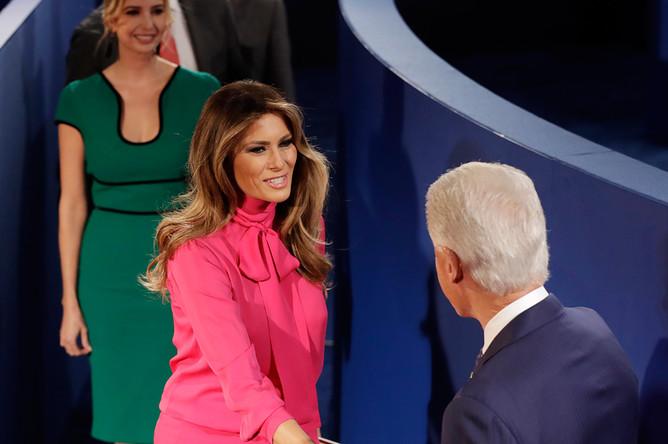 Меланья Трамп и Билл Клинтон. На втором плане Иванка Трамп, дочь Дональда Трампа