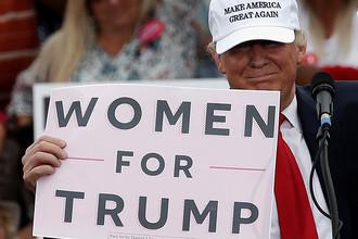 Дональд Трамп с плакатом «Женщины за Трампа», 12 октября 2016 года