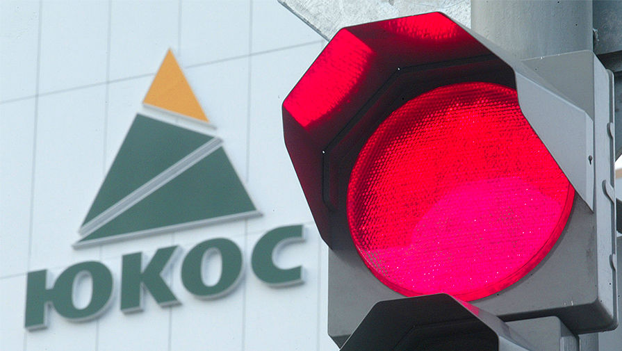 Светофор на фоне логотипа нефтяной компании ЮКОС в Нефтеюганске, 2004 год