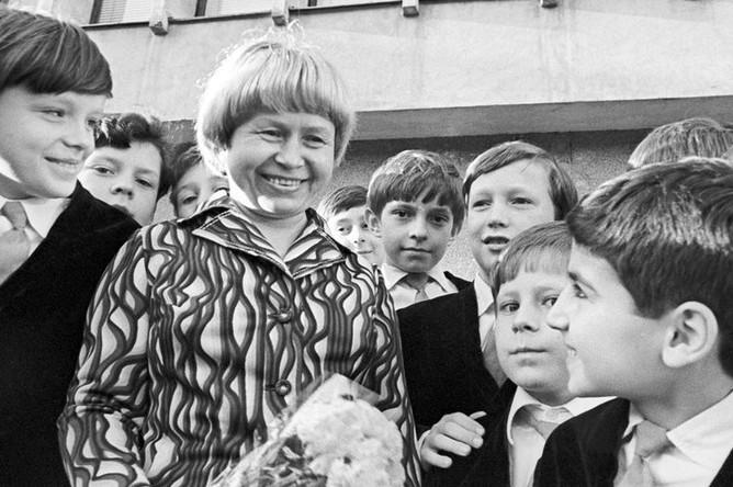 Композитор Александра Пахмутова в окружении учащихся хорового училища имени Михаила Глинки, 1978 год