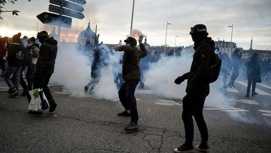 Участники акции протеста в Лионе бросают бутылки и камни в полицейских, 5 декабря 2020 года