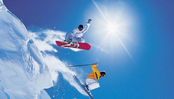 Что лучше — сноуборд или горные лыжи?