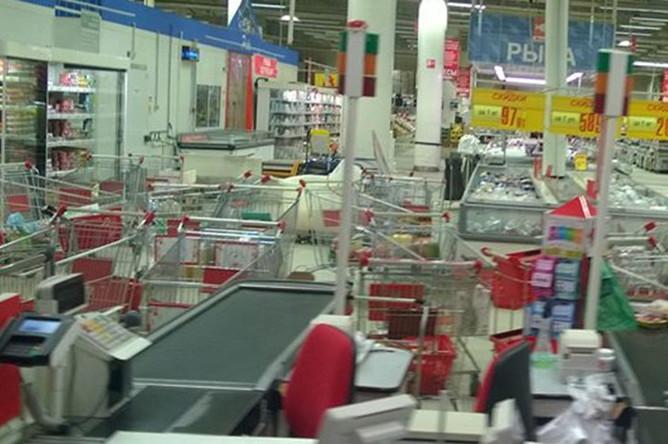 Брошенные у касс тележки с продуктами в магазине «Ашан» в ТЦ «Тройка»