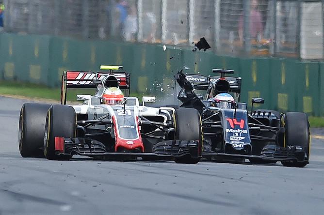 Болиды Фернандо Алонсо (справа) и Эстебана Гутьерреса в момент аварии на первом этапе «Формулы-1» в Австралии