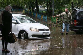 Подтопление во дворе жилого дома в Шмитовском проезде