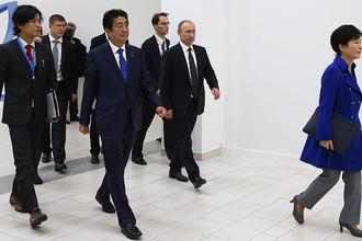 Президент Южной Кореи Пак Кын Хе (справа), президент России Владимир Путин (в центре) премьер-министр Японии Синдзо Абэ (слева на первом плане) перед началом пленарного заседания «Открывая Дальний Восток» в рамках II Восточного экономического форума на территории Дальневосточного федерального университета (ДВФУ) на острове Русский