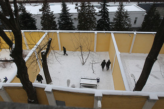 Пациенты на прогулке во дворе Государственного научного центра социальной и судебной психиатрии (ГНЦССП) имени Сербского