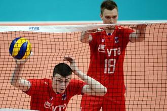 Игроки сборной России по волейболу Ильяс Куркаев и Максим Жигалов в матче мировой лиги 2017 года