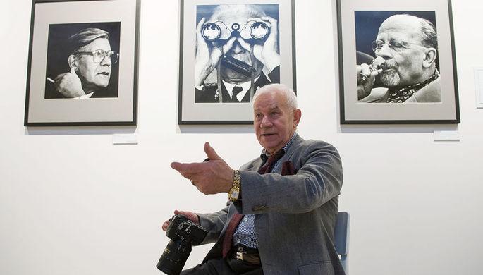 Фотограф Юрий Абрамочкин на своей выставке «Полет сквозь время», приуроченной к его...