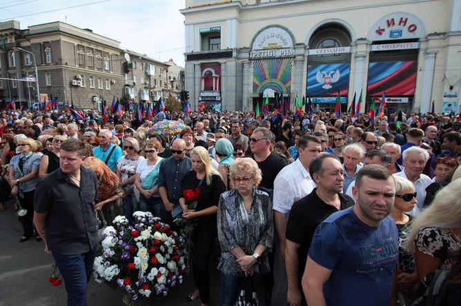 Жители Донецка у здания Донецкого государственного академического театра оперы и балета, где проходит прощание с главой ДНР Александром Захарченко, 2 сентября 2018 года