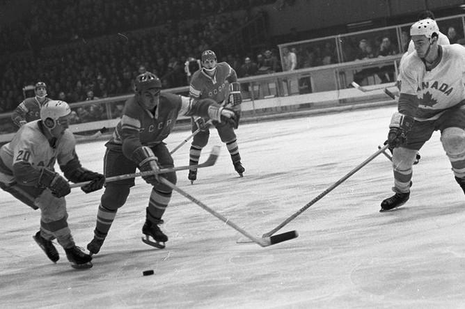 Хоккеист Евгений Зимин в матче команд СССР и Канады на Олимпийских играх в Гренобле, 1968 год