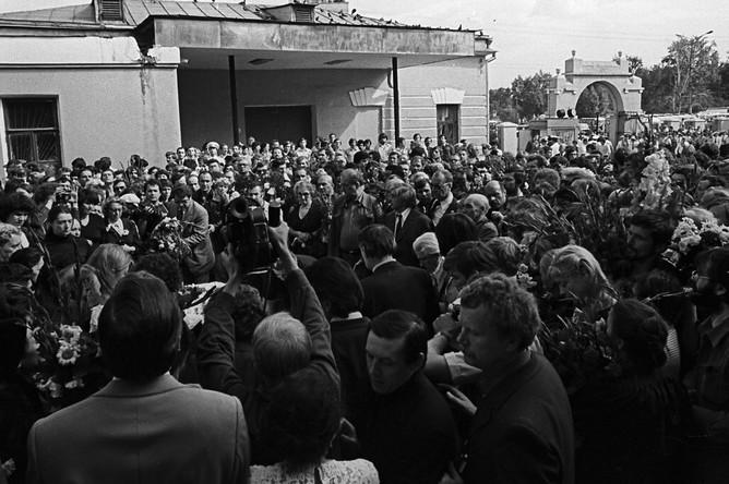 Прощание родных и близкихна Ваганьковском кладбище в Москве, 28 июля 1980 года