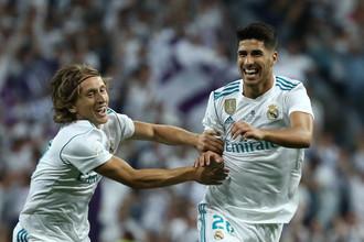 Полузащитник мадридского «Реала» Марко Асенсио празднует гол в ворота «Барселоны»