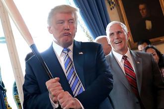 Президент США Дональд Трамп с бейсбольной битой и вице-президент Майк Пенс на мероприятии «Сделано в Америке» в Белом доме, июль 2017 года