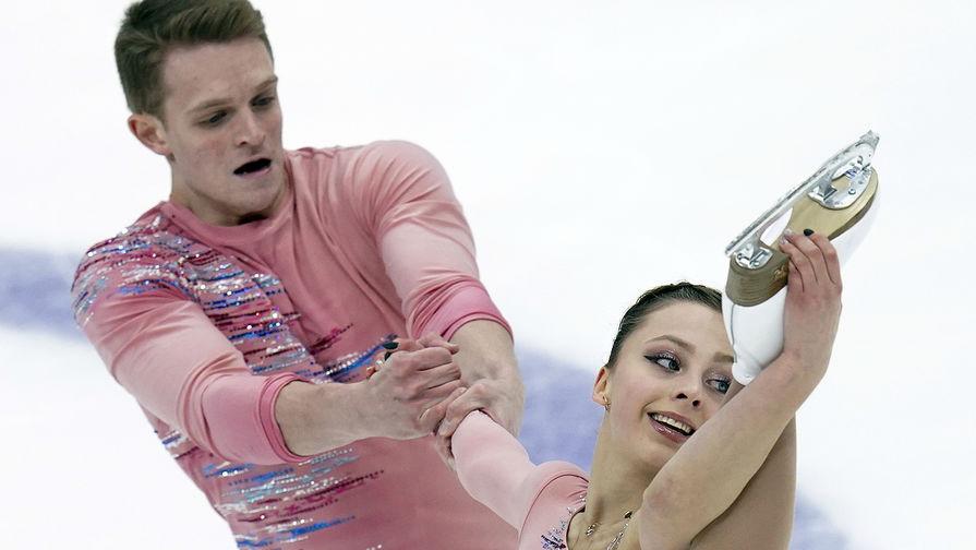 Александра Бойкова и Дмитрий Козловский выступают в короткой программе парного катания на V этапе Гран-при по фигурному катанию в Москве