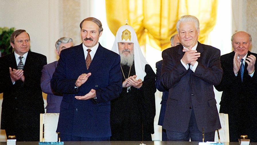 Президенты России и Белоруссии Борис Ельцин и Александр Лукашенко во время торжественной церемонии подписания договора об углублении интеграции между двумя государствами, 2 апреля 1996 года