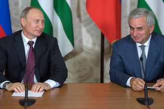 Президент России Владимир Путин и президент Абхазии Рауль Хаджимба после переговоров в Пицунде, 8 августа 2017 года