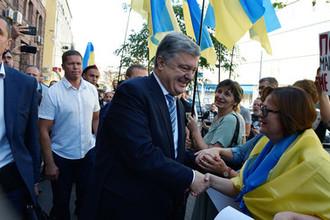 Бывший президент Украины Петр Порошенко около здания Государственного бюро расследований Украины, сентябрь 2019 года