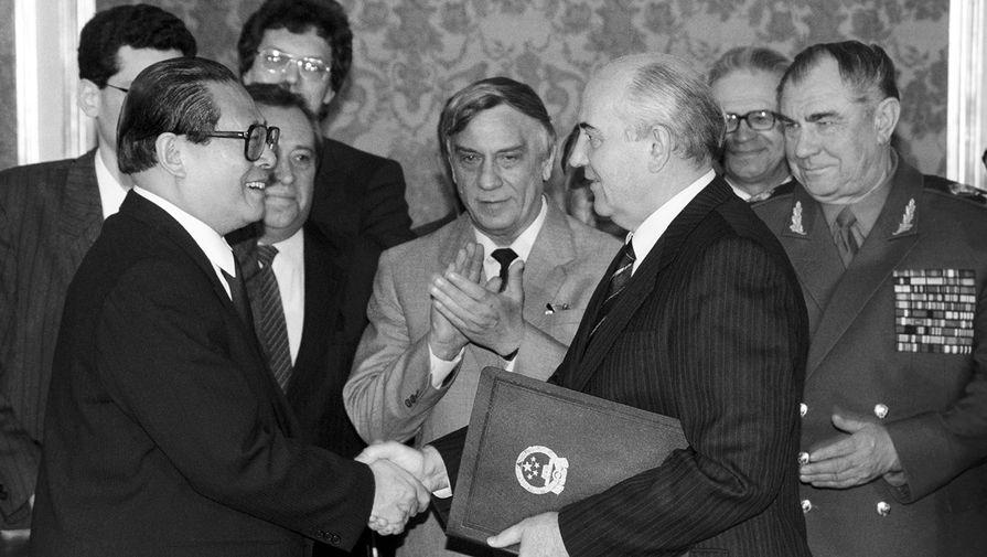 Генеральный секретарь ЦК КПК Цзян Цзэминь и президент СССР Михаил Горбачев после церемонии подписания советско-китайского соглашения о государственной границе на ее восточной части, 16 мая 1991 года