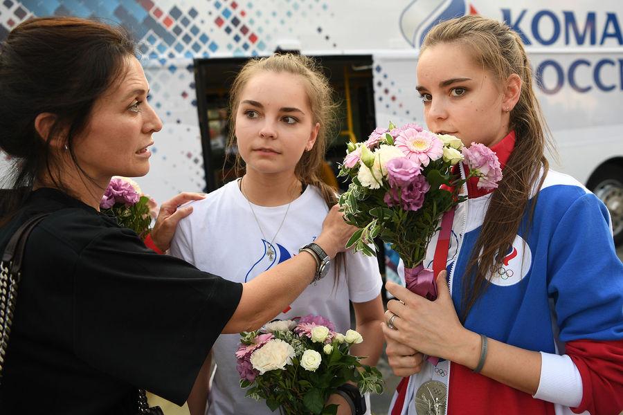 Российские гимнастки Арина (в центре) и Дина Аверины наторжественной церемонии встречи и чествования российских спортсменов, выступавших наXXXII летних Олимпийских играх вТокио, наКрасной площади вМоскве, 9 августа 2021 года