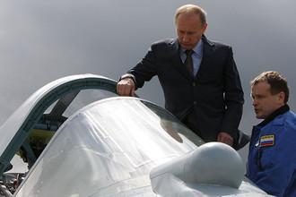 Владимир Путин с летчиком-испытателем у истребителя Т-50 после испытательного полета на полигоне в подмосковном Жуковском, 2010 год
