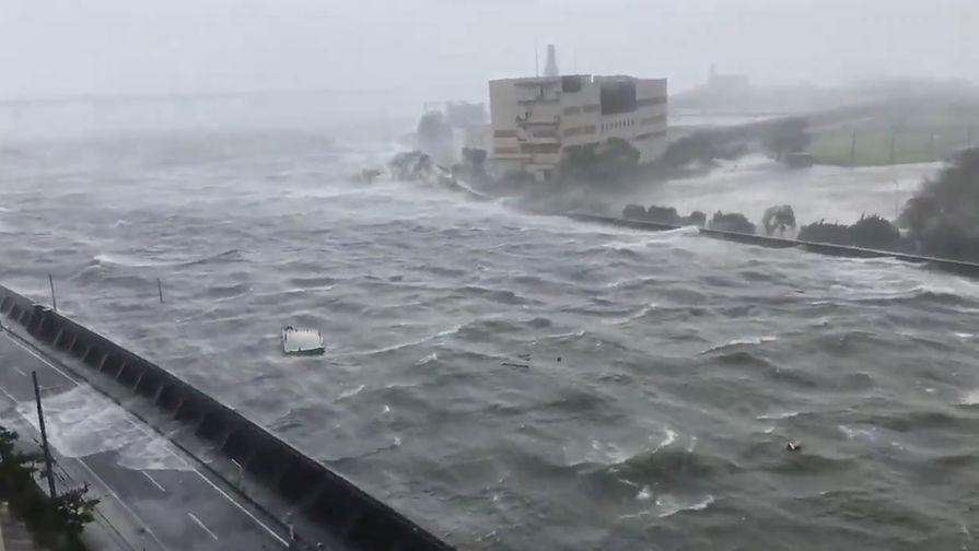 Сильный ветер из-за тайфуна «Джеби» в префектуре Хиого, 4 сентября 2018 года