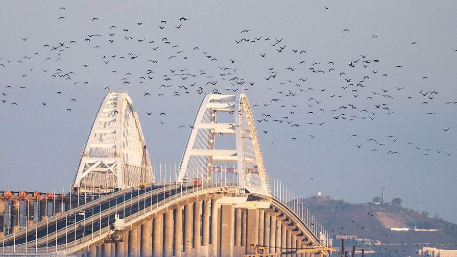 Съехавший пролет железнодорожной части Крымского моста достали из воды