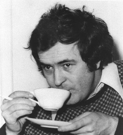 Бернардо Бертолуччи пьет кофе в Лондоне, 1973 год