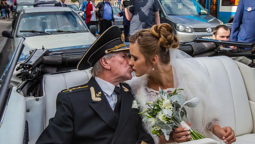 Актер Иван Краско и его бывшая студентка Наталья Шевель после церемонии бракосочетания в Адмиралтейском ЗАГСе, 2015 год
