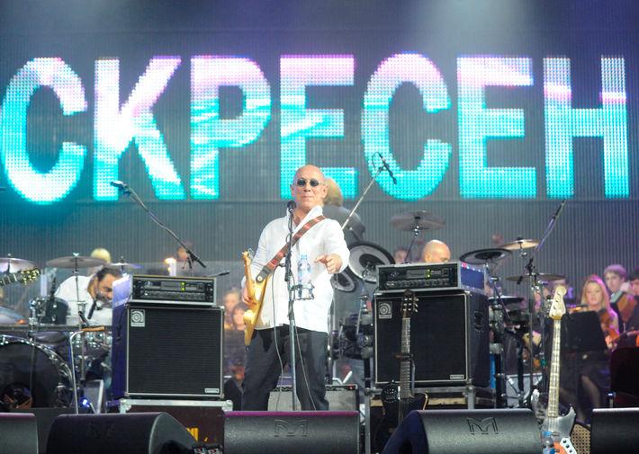 Участник рок-группы «Воскресение» Андрей Сапунов во время концерта, посвященного 30-летию группы, на сцене ГЦКЗ «Россия» в Москве, 2009 год