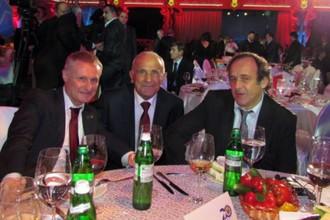 Анатолий Заяев вместе с тогдашним президентом ФФУ Григорием Суркисом и президентом УЕФА Мишелем Платини на церемонии празднования 20-летия федерации