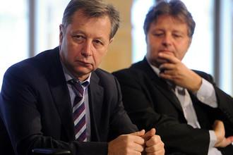 Глава Фонда кино Сергей Толстиков (слева)